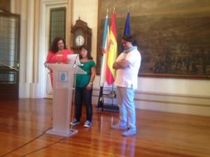 Laura Pena leyendo el discurso de agradecimientos en nombre de todos los participantes de Downfood y de Down Coruña bajo la atenta mirada del Chef Luís Veira y de la Concejala de Empleo y Turismo María Luisa Cid