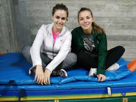 De Izquierda a Derecha Rosana y Sofía en las instalaciones donde se realiza la actividad de Deportes