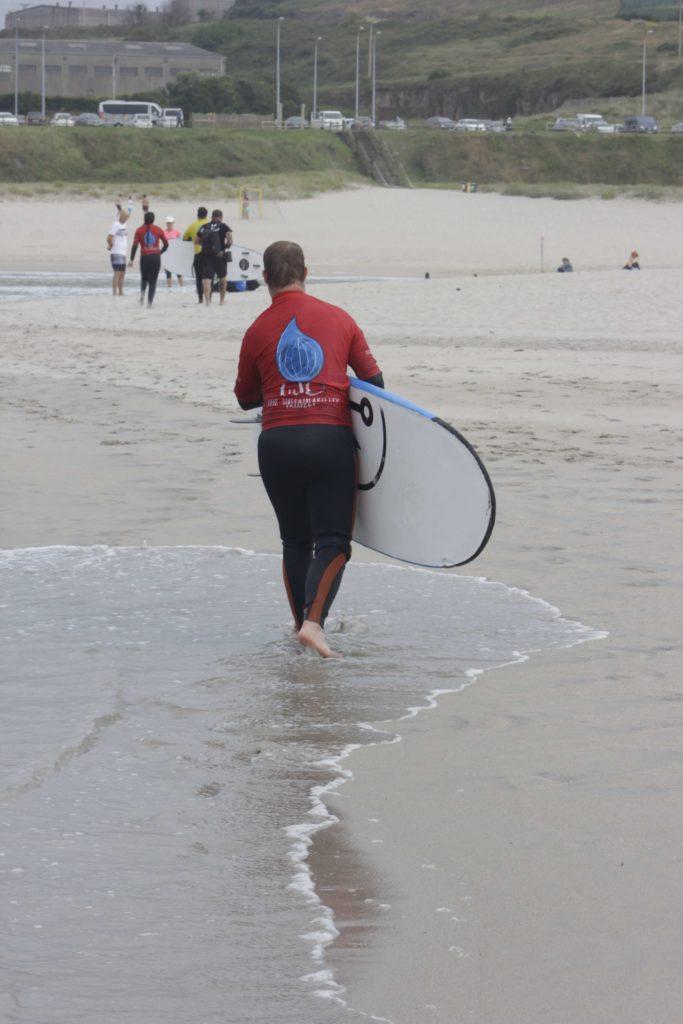 Al terminar la acgtividad con We Sustainabilitylos participantes en la limpieza recibieron una clase de la Escuela de Surf de Caión