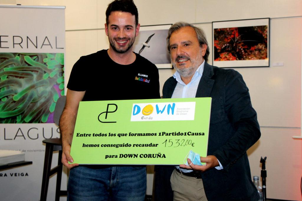 Dava Torres entre al director ejecutivo de Down Coruña, Manuel Rego, el cheque simbólico de la recaudación para nuestra entidad de 1 Partido 1 Causa